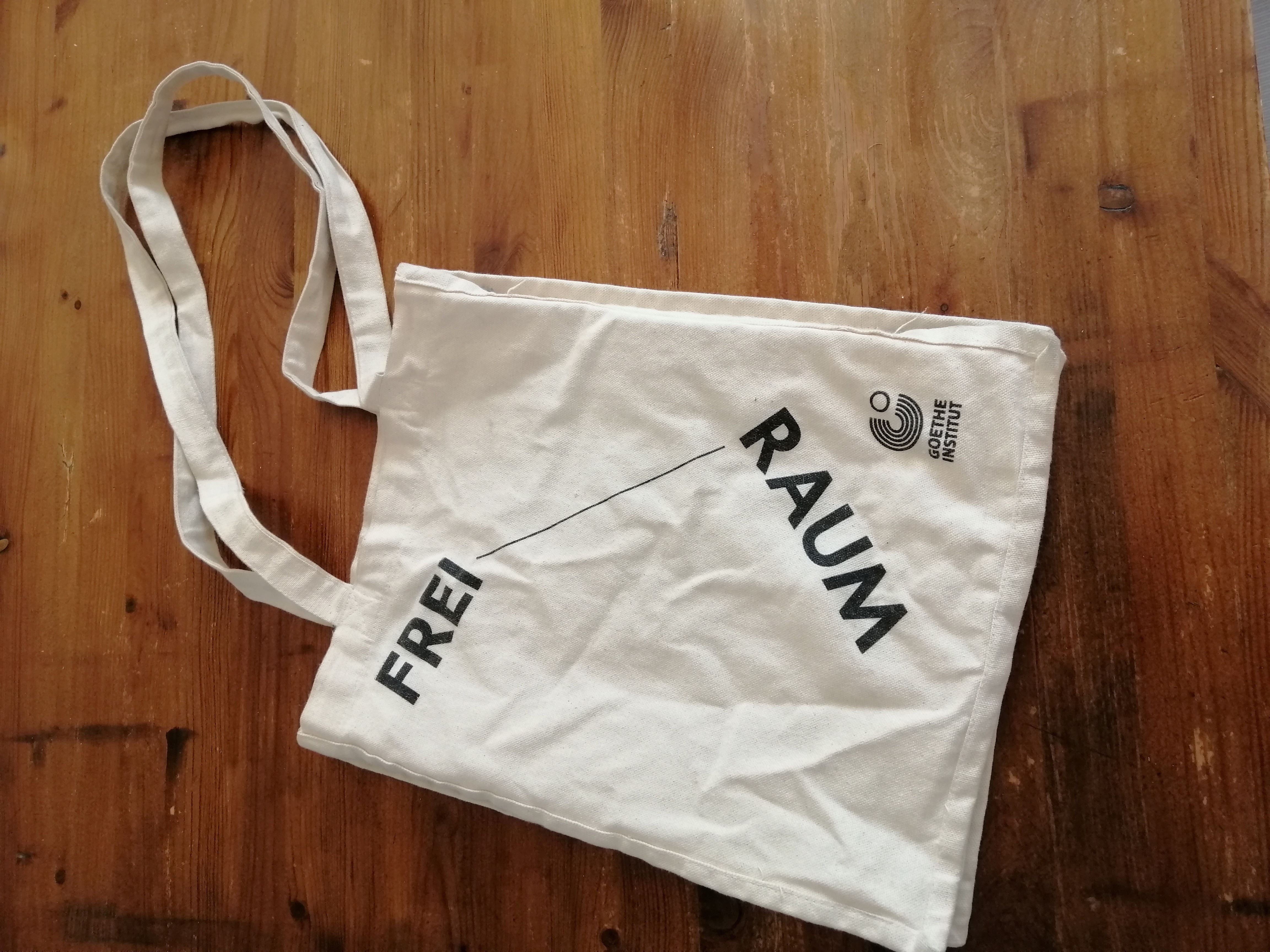 A white bag with Freiraum written on it