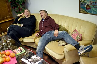 Fest & flauschig - satirists Jan Böhmermann and Olli Schulz on their cosy couch.
