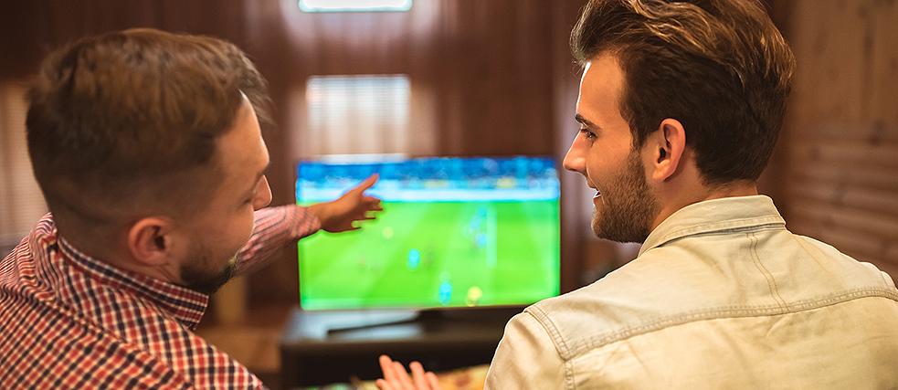 Zwei Männer philosophieren über ein Fußballspiel