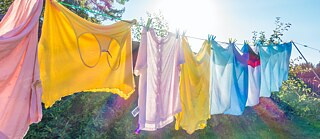 Drying laundry in the sun, watering the flowers with rainwater – this is how it works in the country, but even those who live in the city can use alternative energies, for example, with a solar dryer or their own rainwater system.