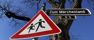 "Decolonisation – Street name sign with the inscription ""Zum Märchenland"" in a residential area in Düsseldorf"