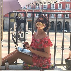 Celia Blanco en su balcón en la Plaza Mayor de Madrid