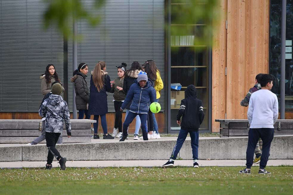 Racism - Munich: Primary school children with migration background in the schoolyard of a primary school.