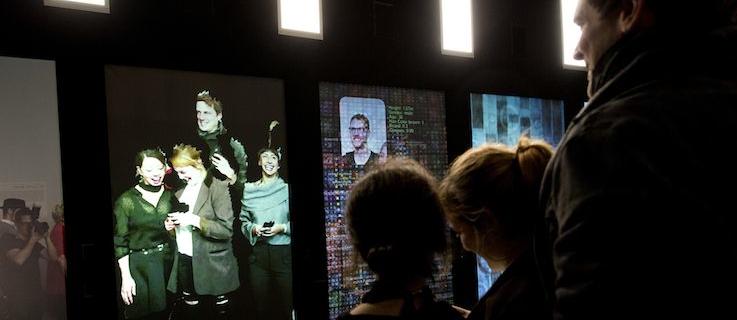 """Direkt zu Beginn erleben die Besucher eine digitale Transformation ihrer selbst in der interaktiven Installation """"YOU:R:CODE"""" von Bernd Lintermann: ausgehend von ihrem Spiegelbild werden sie zunehmend in einen digitalen Datenkörper transformiert, bis sie nur noch als Code dargestellt werden."""