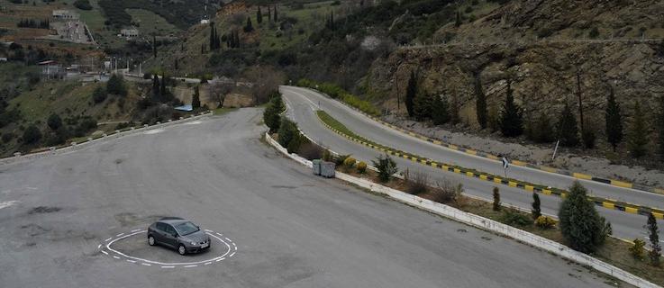 """Einem selbstfahrenden Auto eine Falle stellen? Das kann ganz einfach sein: Wie auf dem Bild """"Autonomous Trap 001"""" reicht ein gemalter Kreis auf der Fahrbahn – gibt doch die Programmierung des Autos vor, dass es nicht über durchgezogene Linien fahren darf. Der Künstler James Bridle ist übrigens zugleich selbst Erfinder eines selbstfahrenden Autos und stellt die Software open source zur Verfügung."""
