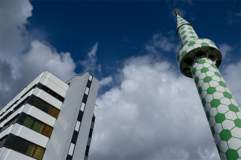 In 2009, German- Turkish artist Boran Burchhardt redesigned the minarets of the Hamburg Central Mosque on Steindamm to much public fanfare. At first glance, the green and white hexagonal pattern on the newly decorated towers seems in tune with typical Islamic design. The colour green commemorates the Prophet, and the hexagon is a traditional shape used in Islamic ornamentation.