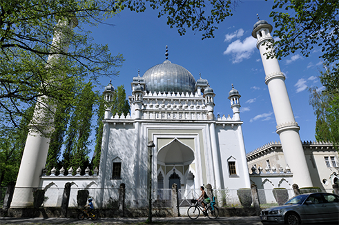 Germany's oldest mosque is nestled among blocks of flats in Berlin's Wilmersdorf district. In 1924, German architect Karl August Herrmann took his inspiration from the Taj Mahal in India. It is the largest Islamic house of prayer in Berlin and can hold up to 1,500 people.