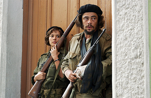 "<b>""Che"" by Steven Soderbergh (2008)</b><br>A film in two parts covering two revolutions: two film formats, two colour schemes, and two narrative forms and speeds. US-American director Steven Soderbergh tells the story of Latin-American guerrilla leader and staunch Marxist Che Guevara as both as a person and a symbol. Soderbergh defines Marx's dialectics as the reigning artistic principle in his film. In low-key sequences, he shows conspiratorial meetings, Guevara's rise to commandant, and finally the seizure of power in Cuba. Together the two halves – the first depicting the revolution in Cuba, the second Che's attempt to incite revolt in Bolivia – are a visually stunning epic lasting almost four hours."