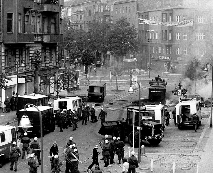 In 1981, squats were cleared in Berlin with a large police tone. In the context of this event, 18-year-old Klaus-Jürgen Rattay was killed by unclear circumstances. The next night there was serious violence between the police on the one hand and the squatters and their sympathizers on the other.