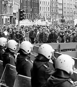 On 20 December 1986, thousands of demonstrators traveled through the center of Hamburg to protest against the demolition of houses in Hafenstraße.