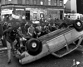 Residents of the Hafenstraße open a street barricade on 18 November 1987. The years of struggle for the preservation of the buildings in the Hafenstraße in Hamburg, inhabited and often squatted by a colorful group of young people, ended on November 19, 1987 in a peaceful way thanks to a lease agreement.