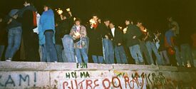 With sparklers on the Berlin Wall: Brandenburg Gate on 10 November 1989