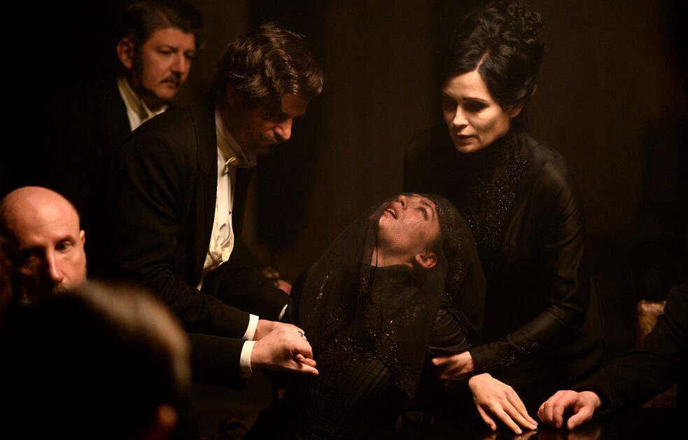 Viktor und Sophia Szápáry are conducting a séance in a darkended room. The medium Fleur falls into a trance.